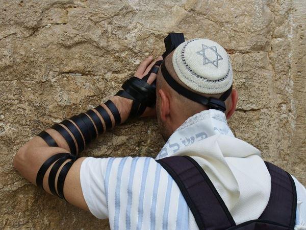 תמונה של יהודי מתפלל