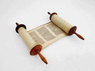 תמונה של ספר תורה על קלף